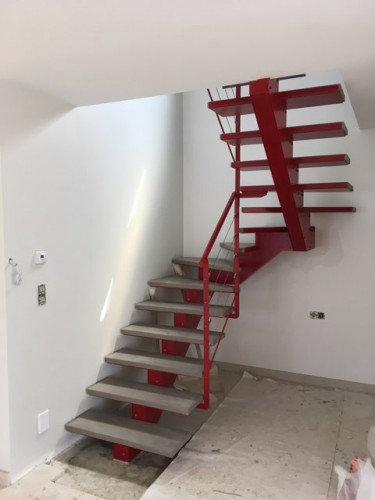 escalier-limon-central-beton-rouge.jpg