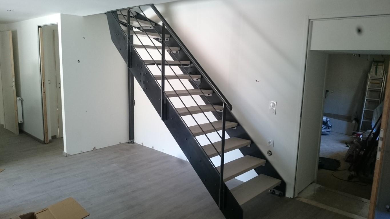 Escalier à limons latéraux acier brut marches béton