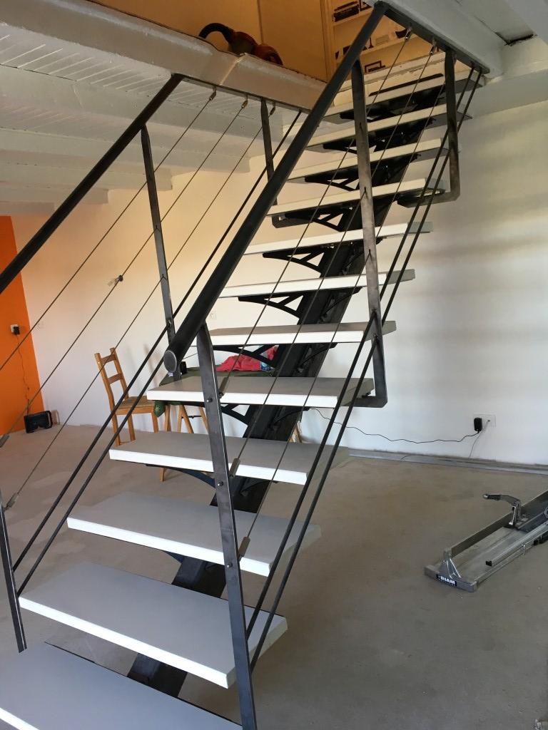 escalier à limon central avec garde-corps dans la Loire