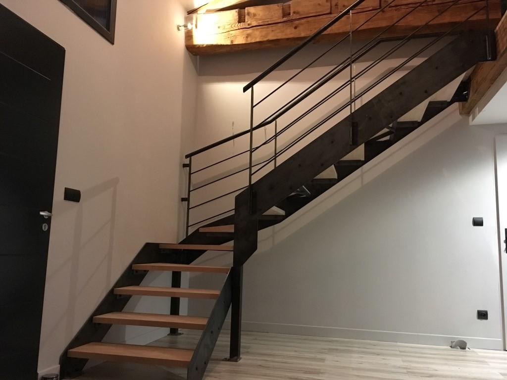 Escalier à limons latéraux avec garde-corps