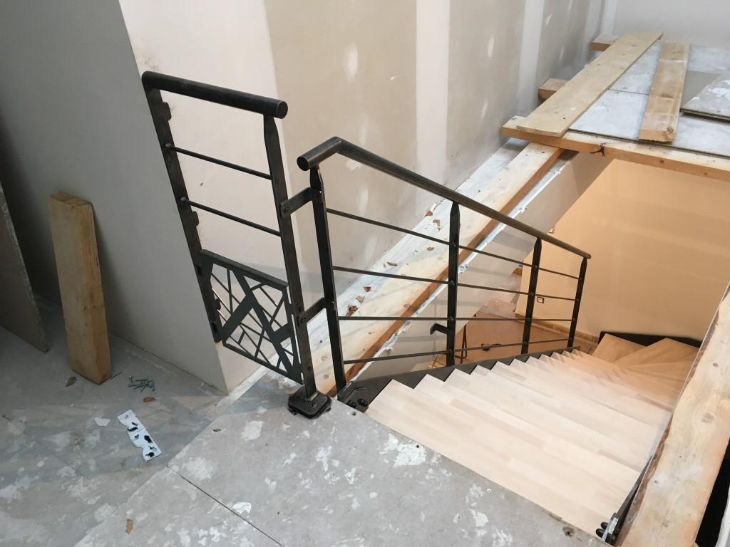Escalier mécano boulonné latéral acier brut