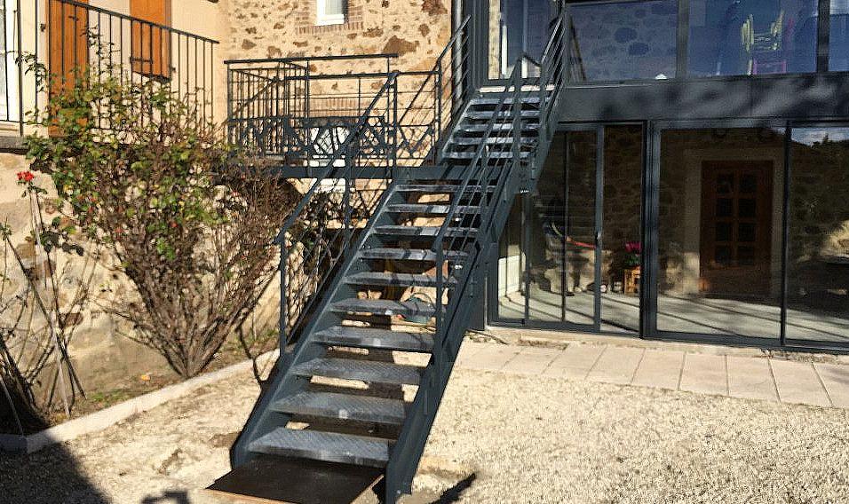 Escaliers limons latéraux marches metal